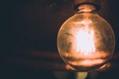 装饰古色古香的葡萄酒爱迪生样式细丝电灯泡 免版税库存照片