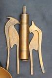 装饰古色古香的黄铜待售在市场上 免版税库存图片