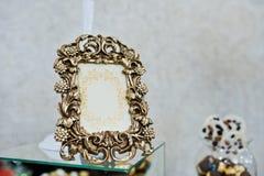 装饰古铜色葡萄酒框架在结婚宴会的 免版税库存图片