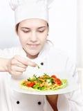装饰可口沙拉年轻人的主厨 免版税库存照片