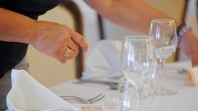 装饰员在餐馆装饰与名牌的表婚姻的 影视素材