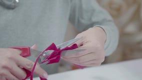 装饰员被切开的色纸剪刀 创造性的过程 影视素材