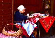 装饰和卖复活节彩蛋的捷克妇女 库存照片