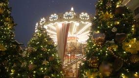 装饰和安排圣诞节和新年美丽的明亮地发光的转盘 圣诞节神仙照亮了 股票视频