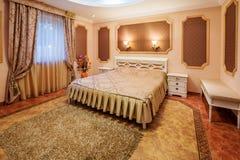 装饰和家具在现代卧室 库存照片