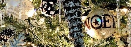 装饰品、圣诞节假日、银和白色与NOEL 免版税库存照片