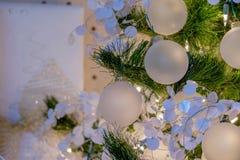 装饰品和光在假日圣诞树 免版税图库摄影