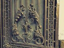 装饰品,铁门的细节 在城市街道的铁伪造的门装饰和装饰品 老第比利斯建筑学 免版税库存照片