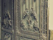 装饰品,铁门的细节 在城市街道的铁伪造的门装饰和装饰品 老第比利斯建筑学 库存照片