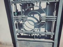 装饰品,铁门的细节 在城市街道的铁伪造的门装饰和装饰品 老第比利斯建筑学 库存图片
