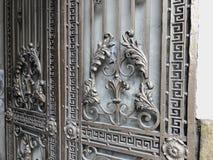装饰品,铁门的细节 铁伪造的城市街道的装饰和装饰品 老第比利斯建筑学 免版税库存照片