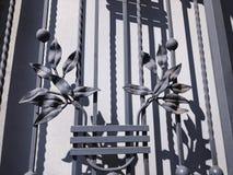 装饰品,铁门的细节 铁伪造的城市街道的装饰和装饰品 老第比利斯建筑学 库存照片