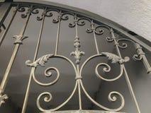 装饰品,铁门的细节 铁伪造的城市街道的装饰和装饰品 老第比利斯建筑学 免版税库存图片