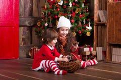 装饰圣诞树与的两个妹 图库摄影