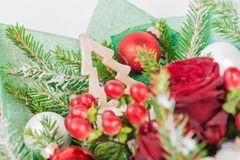装饰圣诞树特写镜头在红色玫瑰花束的, 免版税库存图片