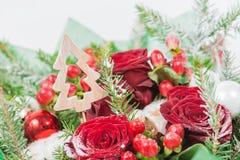 装饰圣诞树特写镜头在红色玫瑰花束的, 库存照片