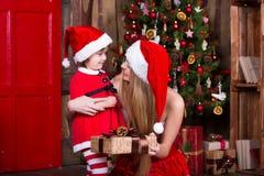 装饰圣诞树的两个妹 新 免版税库存照片