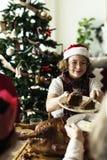 装饰圣诞树的人们 库存照片