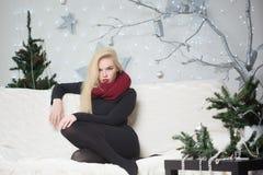 装饰圣诞树的俏丽的妇女 库存照片