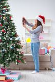 装饰圣诞树的唯一女孩 库存照片