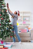 装饰圣诞树的唯一女孩 库存图片
