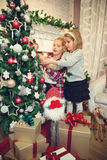 装饰圣诞树的小女孩 库存照片