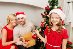 装饰圣诞树的微笑的家庭 免版税库存图片