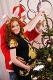 装饰圣诞树的愉快的夫妇 库存照片