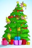 装饰圣诞树的矮子 免版税库存图片