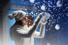 装饰圣诞树的美丽的妇女 免版税库存照片
