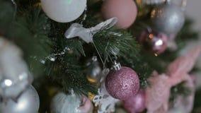 装饰圣诞树的美丽的少年女孩 影视素材