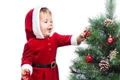 装饰圣诞树的婴孩 免版税库存图片
