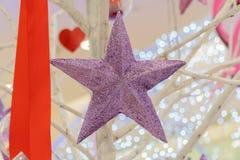 装饰圣诞树的紫色星 免版税图库摄影