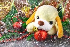 装饰圣诞节元素和冷杉分支围拢的2018新年玩具狗的标志 库存图片