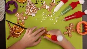 装饰圣诞节曲奇饼的儿童手 影视素材
