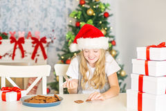 装饰圣诞节曲奇饼的女孩 免版税图库摄影