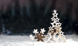 装饰圣诞节玩具由木头,雪花,云杉制成 免版税库存照片
