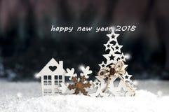 装饰圣诞节玩具由木头,雪花,云杉,家制成 免版税库存图片