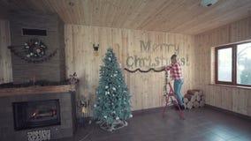 装饰圣诞节的妇女墙壁 股票录像