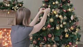 装饰圣诞节的美丽的少年女孩 影视素材