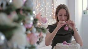 装饰圣诞节的美丽的少年女孩 股票录像