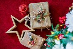 装饰圣诞节礼物、红色手电和木头担任主角在圣诞树下 关闭 概念与圣诞节结婚 明信片 免版税库存图片