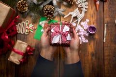 装饰圣诞节礼物和装饰的妇女的手 库存图片
