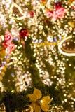 装饰圣诞节装饰中看不中用的物品和花在一棵针叶树的常青分支在室外圣诞节市场上 免版税库存图片