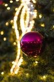 装饰圣诞节装饰在一棵针叶树的绿色常青分支的中看不中用的物品在圣诞节市场上在布拉格 免版税图库摄影