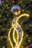 装饰圣诞节装饰在一棵针叶树的绿色常青分支的中看不中用的物品在圣诞节市场上在布拉格 库存照片