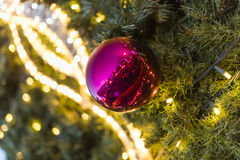 装饰圣诞节装饰在一棵针叶树的绿色常青分支的中看不中用的物品在圣诞节市场上在布拉格 免版税库存照片