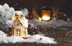 装饰圣诞节装饰,多雪的背景的一个房子 图库摄影