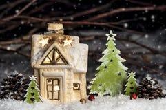 装饰圣诞节装饰,多雪的背景的一个房子 免版税图库摄影
