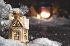 装饰圣诞节装饰,多雪的背景的一个房子 库存照片